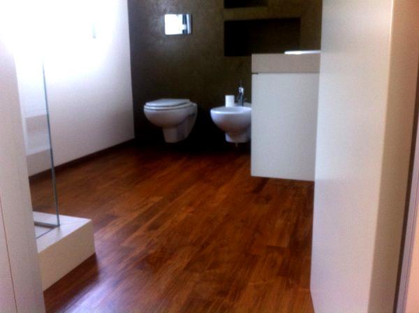 Pavimento in Teak Massello in bagno - Arte e Parquet