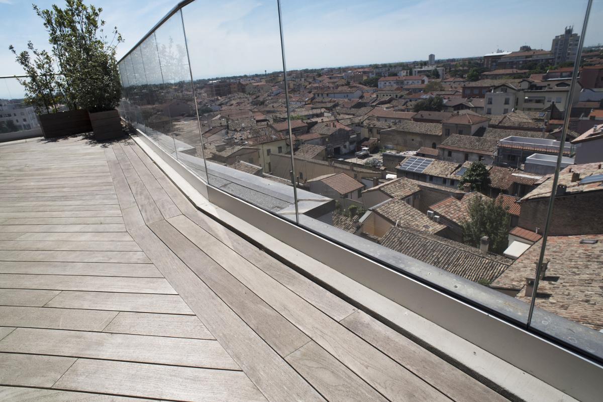 Un Terrazzo Panoramico In Teak Arte E Parquet